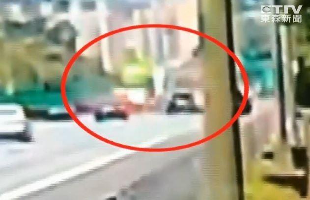 ▲▼▲▼ 撞擊畫面曝光!「水泥車」國道追撞4車 6歲童滿身血慘死。(圖/東森新聞)