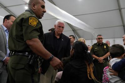 彭斯視察「窮酸移民拘留所」 90秒崩潰逃出