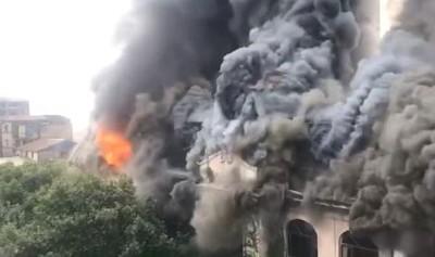 影/武漢百年老飯店突遭祝融 火舌噴出、濃煙直竄天際