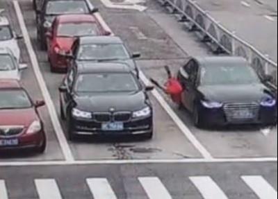 紅衣小女孩突衝出!黑車當場高速撞噴
