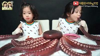 6歲超萌雙胞胎狂嚼巨章魚 老爸Youtuber被罵翻:不怕小孩噎死?
