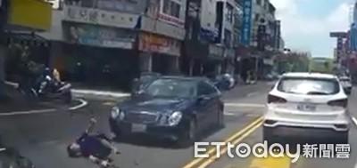 台南T字路口賓士與機車相撞 騎士噴飛重摔