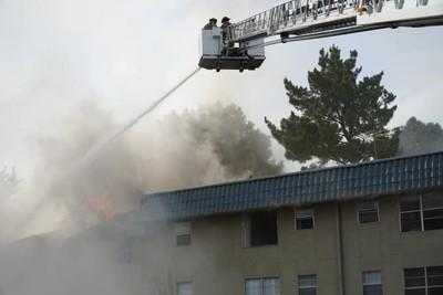 父子受困火場 工人急喊「把孩子丟下來」