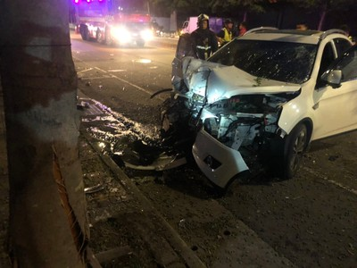 酒駕男撞行道樹雙腿卡車頭 痛到唉唉叫