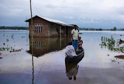 暴雨侵襲南亞100死 萬人撤離