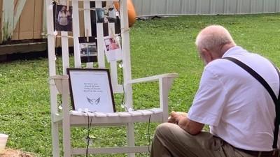 婚禮上爺爺獨坐空椅前吃飯 新娘一看淚崩:上面放著過世奶奶照片