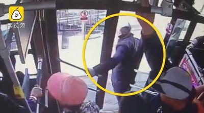 老人緩慢下公車被門夾 遭後輪輾斃