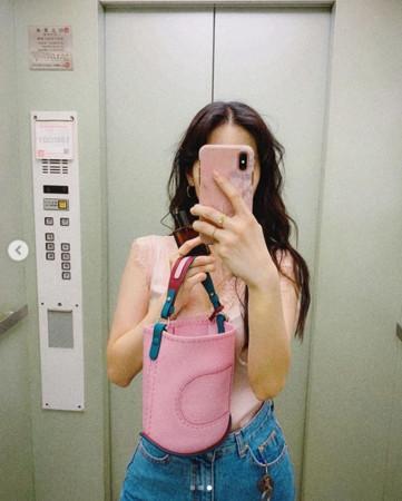 ▲▼曾之喬電梯自拍被揪「詭異亮點」!(圖/翻攝自Instagram/chiaochiaotzeng)