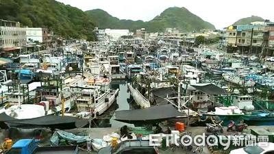 避颱風!南方澳漁港漁船「塞好塞滿」