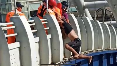 男蹲橋邊往下跳 海巡及時抓住