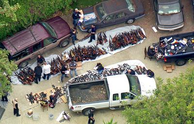 警突襲洛杉磯豪宅 搜出破千把槍