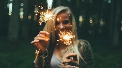 煙火飛歪「射進嘴巴」爆炸!無辜女當眾臉炸爛 慶典活動滿地碎肉