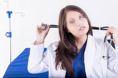治療師學姐的魅惑!上班到一半突然「脫衣服」 真相讓他臉綠了