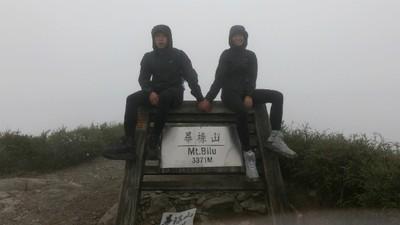 挑戰台灣百岳「畢祿山」!雨天迷霧遮眼 淚水雨水分不清