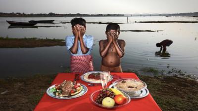 看得到吃不到! 攝影師刻意在印度難民前擺美食 照片引發廣大反彈