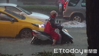 許智傑通報鳳山8路段淹水 水利署調抽水機出發支援