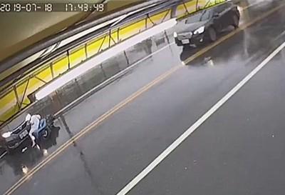 違規害女騎士撞昏肇事男只顧找傘
