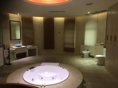 4人住摩鐵驚見「開放浴室」!他:尷尬了