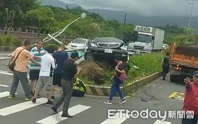 快訊/瑞芳警失控撞上曳引車 車體稀巴爛