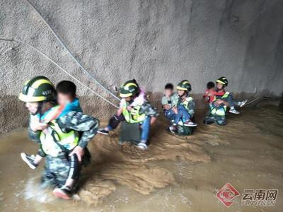 雲南土石流傳102人受困隧道 官兵揹娃涉水全數救出