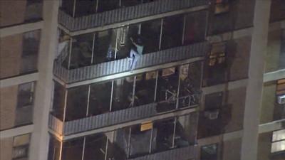 美國費城公寓大火!他為媽「徒手爬15樓」