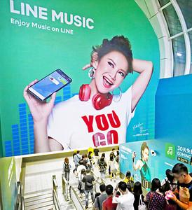 夏日來襲!李玟CoCo捷運站開唱 乘客停下腳步跟著舞動
