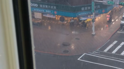 暴雨灌信義路人孔蓋 「1秒鏘2聲」超響亮