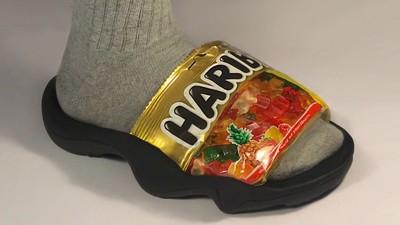 把小熊軟糖穿在腳上!設計師下班玩拖鞋 意外玩出吸睛「永續時尚」