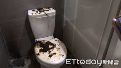 前鎮公廁遭縱火!門板熔毀變形