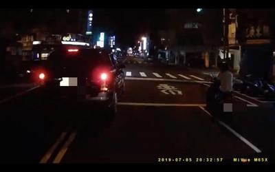 騎士遭逼車 駕駛嗆他女友「找個開車的啦」