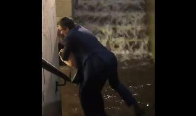 怕弄濕西裝?女揹男走出淹水地下道