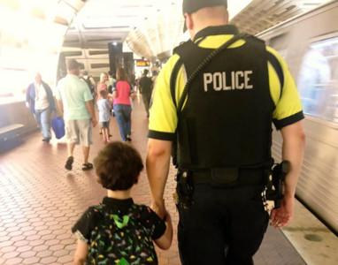 暖男警撕警徽送自閉兒 邀他當警察