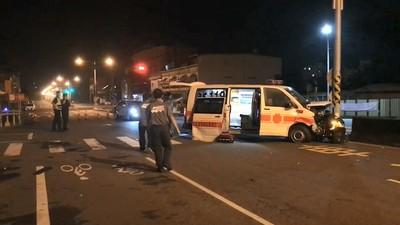 執勤救護車遭攔腰撞 1死3傷