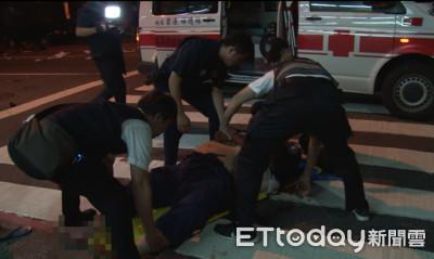 高雄壯碩騎士車禍倒地 10多人抬上救護車