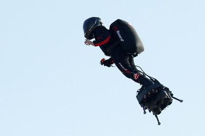 法鋼鐵人飛行滑板越英吉利海峽 缺燃料直接跌入海
