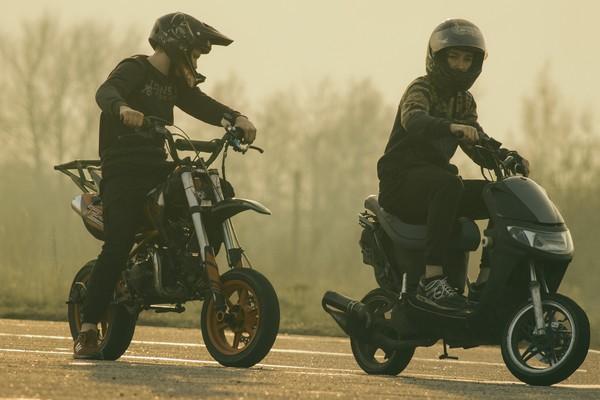 ▲▼   騎士,全罩式安全帽,半罩式安全帽,機車,摩托車,安全帽          。(圖/pixabay)