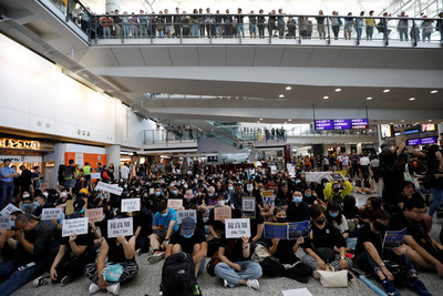 港民號召「萬人接機」 機場急設出入限制