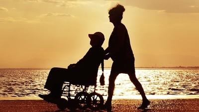 苦命妻「推了10年輪椅」被說是看護!身障夫騙婚,家鄉另有一段婚姻