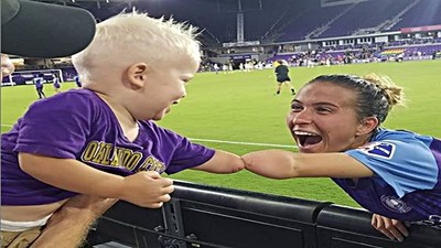 兩隻缺臂互擊! 足球員成功傳遞「奮鬥力量」給2歲球迷