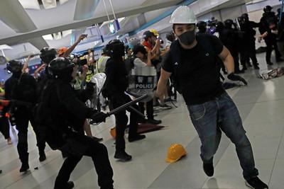 即/港警進入元朗站 驅散示威者