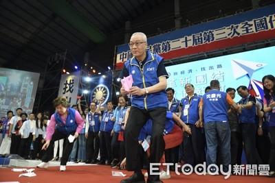 吳敦義率黨員擲「紙飛機」:關關難過關關過