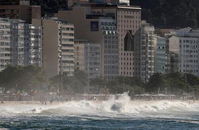 巴西怪浪直撲休憩區 遊客嚇爛