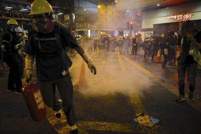 他經過路障「遭反送中示威者砸車」