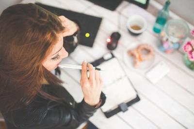 選擇障礙太痛苦!研究顯示:想太多不但壓力大 還容易「做錯決定」