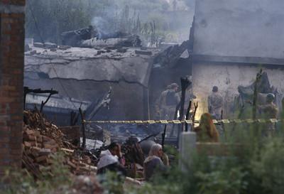 巴基斯坦軍機墜毀17死 火噬民宅