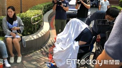 黃琪又來了 「白布蓋臉」坐輪椅出庭
