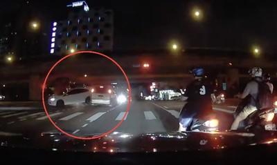 搶快左轉遭猛撞「車尾全爛」 釀3車碰撞