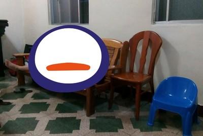 老爸暈倒客廳木椅上!結局超烏龍