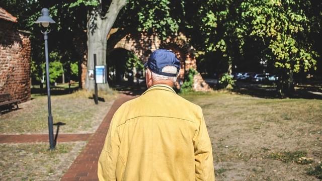 ▲▼老人,爺爺,迷路,背影,走失。(示意圖/取自免費圖庫Pixabay)