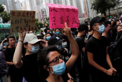 反送中集會44人涉暴動 百人雨中聲援